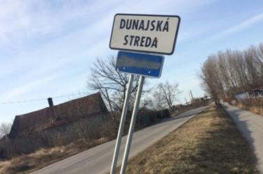Szemet szúrt valami hülyének Dunaszerdahely helységnévtáblájának magyar felirata