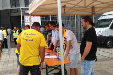 A DAC-szurkolók segítségére is számít az Összefogás, aláírásokat gyűjtöttek a MOL Aréna előtt