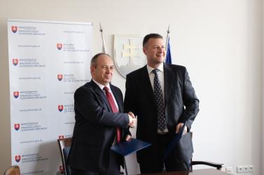 További szlovák törvényeket fordítottak le magyarra