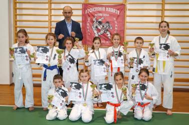 Tizenegy érmet szereztek a bősi karateklub fiatal karatékái