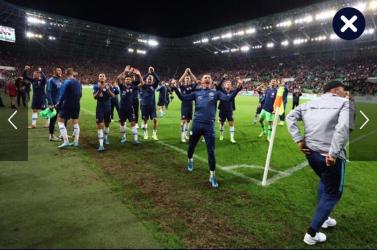 MAGYAR-SZLOVÁK BOTRÁNY: Meztelen seggét mutogatta a magyar szurkolóknak a szlovák fociválogatott fizioterapeutája
