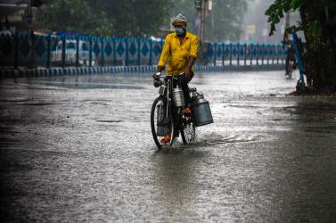 A súlyos vírushelyzet mellett pusztító ciklon is lecsapott Indiára