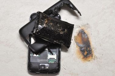 Alvás közben vesztette életét egy 14 éves lány, miután felrobbant a mobiltelefonja