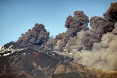 Második napja okádja a füstöt és a lávát az Etna