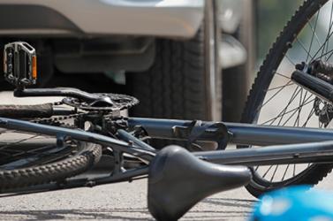 Rendőrautónak ütközött egy ittas kerékpáros Losoncon