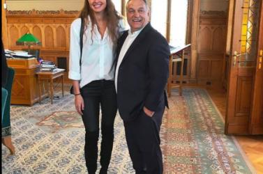 Nem semmi, ahogy Orbán egy olimpikon mellett pipiskedik