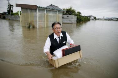 Több mint egymillió embert evakuálnak Japánban a felhőszakadások miatt