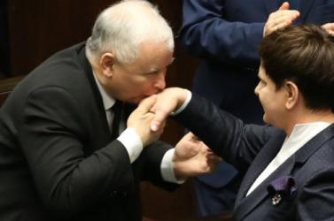 Lengyelország legbefolyásosabb politikusát újra pártelnökké választották