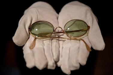 A becsült ár húszszorosáért árverezték el John Lennon napszemüvegét