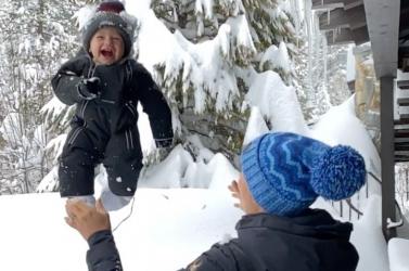 Kiverte a biztosítékot a bajnok sízőnő videója, amin másfél méteres hóba dobálja a gyerekét