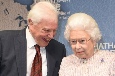 II. Erzsébet királynő kitüntette David Attenborough világhírű természettudóst