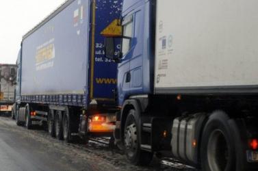 Két kamion rohant egymásba Mosonmagyaróvárnál, lezárták az M1-est