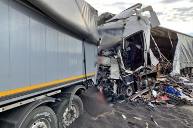 Négy kamion ütközött Mosonmagyaróvár mellett - egy ember meghalt!