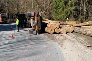 BALESET: Farönköket szállító kamion borult, mentőhelikoptert is riasztottak a helyszínre