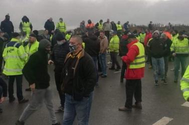 Szlovák kamionosok is ott rekedtek a britek között, akik a hazajutásért dudáltak éjszaka