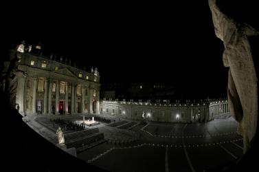 Gyerekek és fiatalok vitték a keresztet az üres Szent Péter téren nagypéntek este