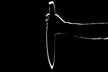 40 centis katonai késsel támadt a hozzátartozójára, kis híján meggyilkolta