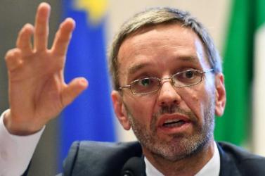 A korábban menesztett osztrák belügyminiszter ragaszkodik posztjához
