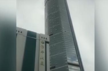 Egyszer csak inogni kezdett egy 12 milliós város legismertebb felhőkarcolója, csak találgatnak a szakik, mi történhetett (VIDEÓ)