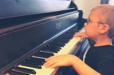 Hallgassa meg, ahogy egy vak kisfiú a Bohemian Rhapsody-t zongorázza (VIDEÓ)