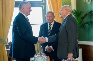 Kiska őzgerincre invitálta az exelnököket, Gašparovič pedig közben Ficót dicsérte