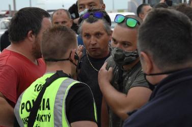 Rendőrök kísérgetik a felháborodott hazatérőket az állami karanténközpontokba