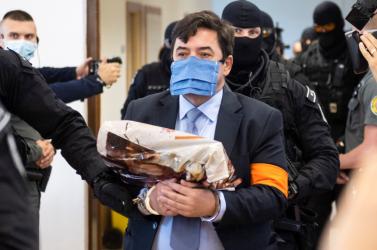 Hányást takarít a börtönben Kočner, hogy ne kelljen szagolnia