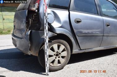 Észrevette egy kisfiú, hogy nyitva a kocsi hátsó ajtaja, bemászott a sofőr helyére és megtörtént a baj