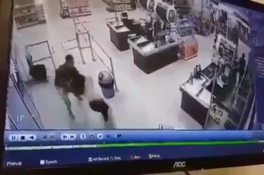 A sors szolgáltatott igazságot egy komáromi üzletben: Péppé verték a férfit, aki rátámadt a pénztárosra és egy vevőre