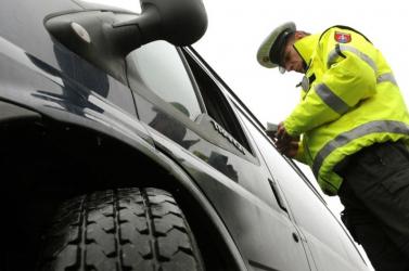 A rendőrök szeme láttára cserélt helyet az utastársával, hogy elkerülje az ellenőrzést – jó oka volt rá!