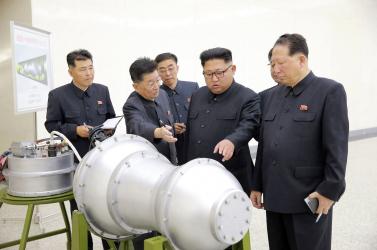 Észak-Koreában mozgolódás van, rakétákat szállítanak az éj leple alatt