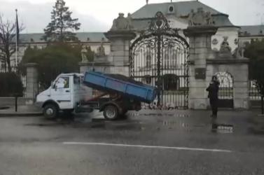 Trágyával megpakolt platós autót parkoltak le a kormányhivatal előtt