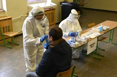 Vasárnap kettőig több mint 4 ezer személyen végezték el akoronavírus-tesztet Trencsénben