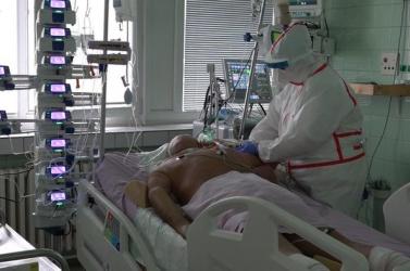 Egészségügyi katasztrófa szélén állunk. Útmutató készül a Covid-osztály orvosainak, kit mentsenek meg