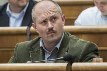 A náci jelképekkel manipuláló Kotleba inkább elbújt a parlamentben, hogy megússzon egy tökön rúgást
