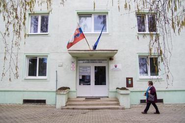 Rejtélyes fehér port szórtak a dunaszerdahelyi Közegészségügyi Hivatal bejáratához!