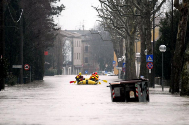 Két ember eltűnt, több százat evakuáltak az olaszországi itéletidőben