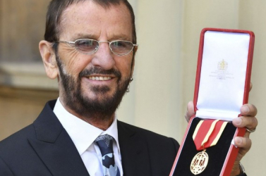 Lovaggá ütötte az angol királynő Ringo Starrt