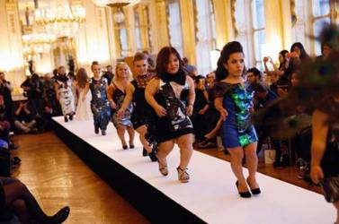 Törpenövésű modellek tartottak divatbemutatót