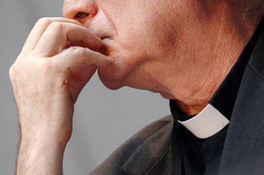 A pornográf felvételek letöltésével gyanúsított plébános nem végezhet papi szolgálatot