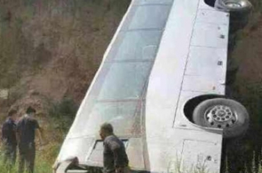 BUSZBALESET: Zarándokokat szállító busz zuhant a mélybe, 22 ember, köztük 7 gyerek meghalt