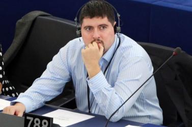 Szegedi Csanád leveti a Jobbik mellényét...
