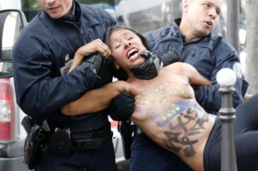 Félmeztelen Femen-csajok tüntettek a szélsőjobboldal ellen