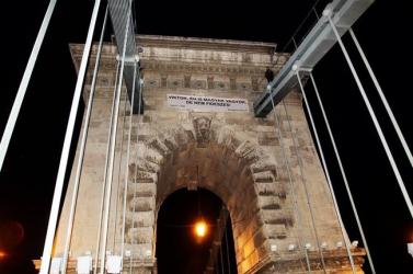 Orbánnak üzenő felirat miatt zárták le a Lánchidat