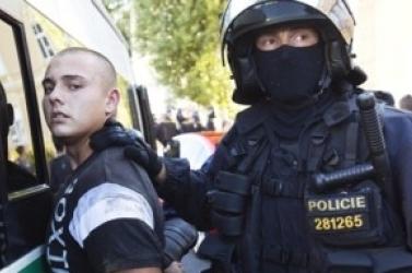Kommandósokkal csaptak össze a romák ellen tüntető cseh neonácik