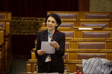 Ezerrel p*csáznak a magyar parlamentben