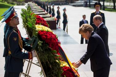 MOSZKVA: Putyin és Merkel megkoszorúzta az ismeretlen katona sírját