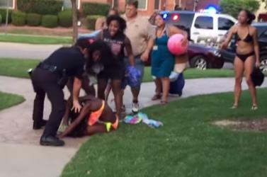FÉLELMETES: Földhöz vágott egy bikinis afroamerikai lányt a brutális rendőr!
