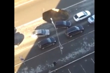 Videóra vették, amint beszakad egy négysávos út az autók alatt!
