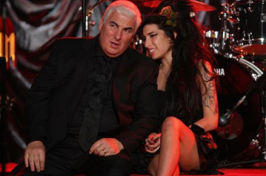 Édesapja írja Amy Winehouse életrajzát